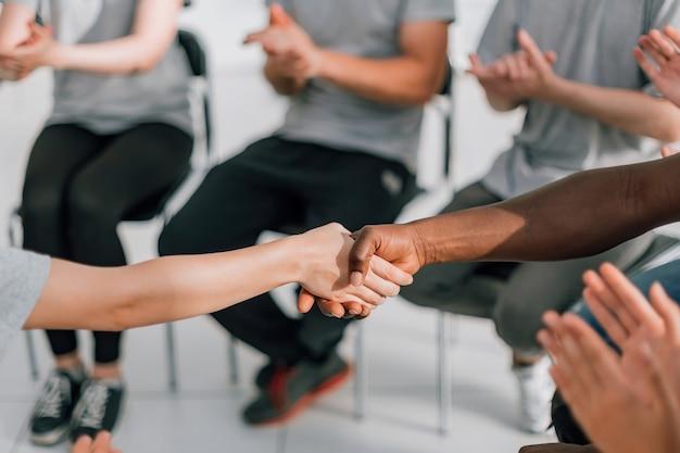 閉じる。国際フォーラム中のパートナーの強い握手。ビジネスと教育