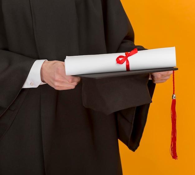 卒業証書を保持している学生をクローズアップ