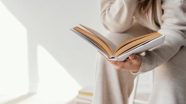 本を読んでいる学生をクローズアップ