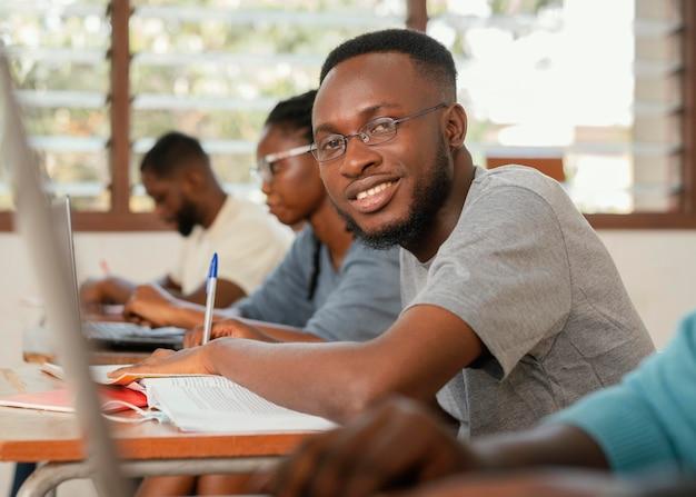 Chiudere gli studenti che imparano in classe