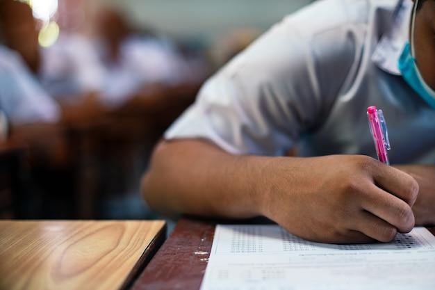 試験を書く学生を閉じる