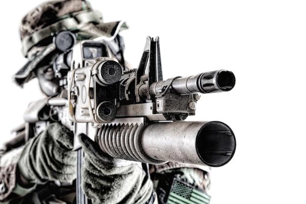 흰색 배경에 격리된 레이저 조준기와 수류탄 발사기가 있는 서비스 소총을 조준하는 현대 특공대 병사, 미 육군 해병대 저격수, 무기 광학 장치를 찾는 스튜디오 촬영을 닫습니다.