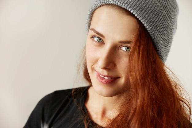 Крупным планом вид студии красивой молодой женщины со здоровой веснушчатой кожей