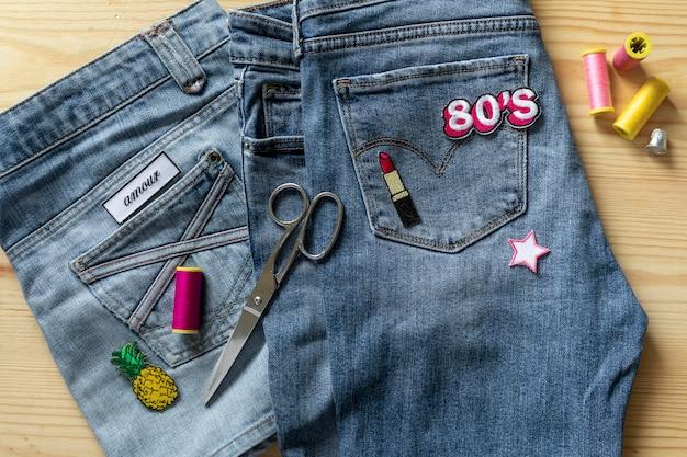 クローズアップスタイリッシュな80年代のジーンズ