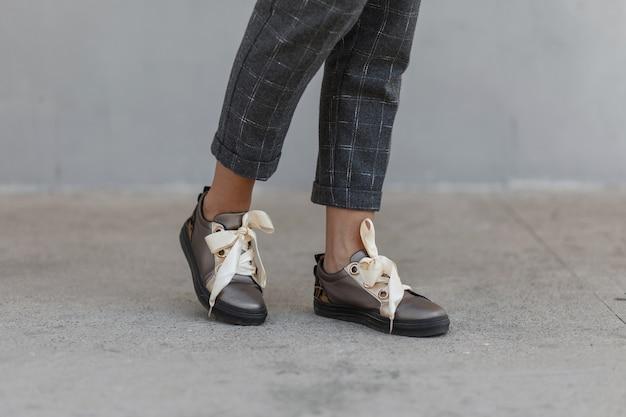 활과 근접 세련 된 우아한 여성 신발입니다. 거리에 신발 유행 여자