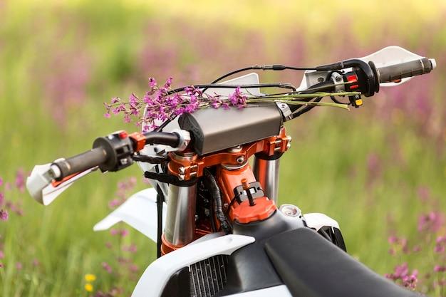 花とスタイリッシュなバイクをクローズアップ
