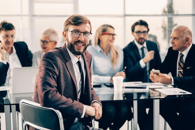 확대. 성공적인 사업가 사무실 책상 앞에 앉아