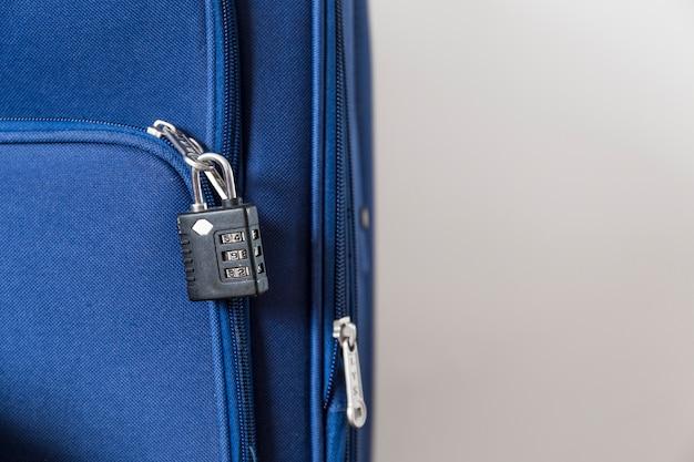 Крупный план блокировки чемодана