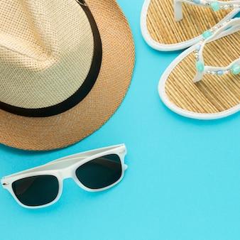 Primo piano cappello estivo e pantofole con gli occhiali