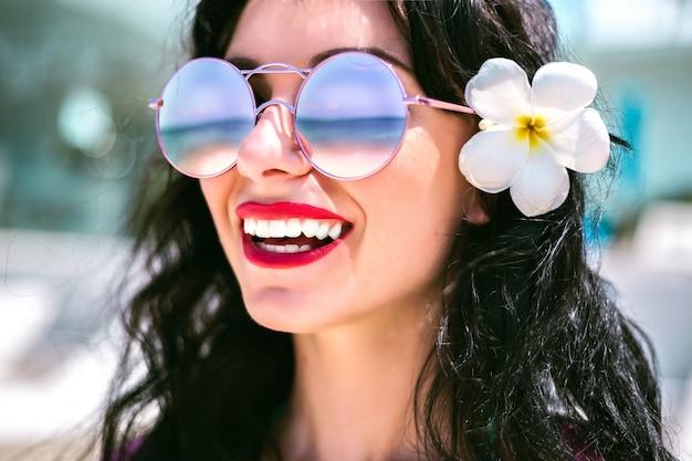 休暇で美しいブルネットの女性の夏の肖像画を閉じます。