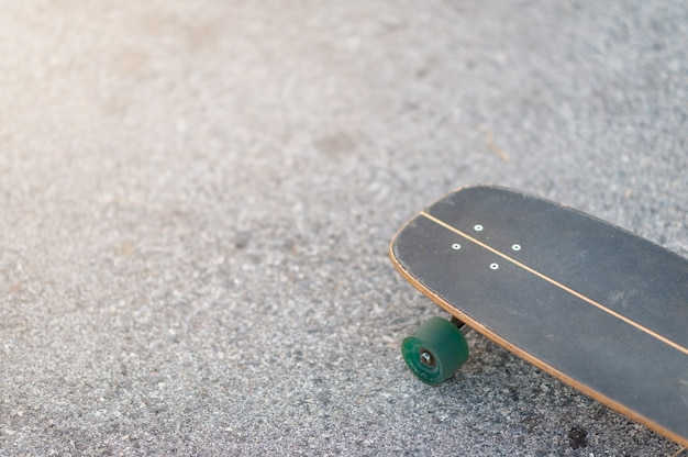 スケートパークのエクストリームスポーツでサーフスケートやスケートボードをクローズアップ。