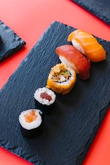 Sushi e rotoli del primo piano