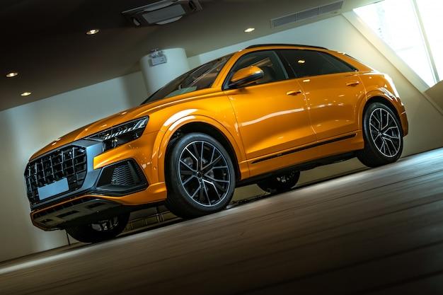 スポーツとモダンなスタイルのクローズアップsuv車 Premium写真