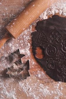 Primo piano di biscotti di panpepato dolce prima della cottura