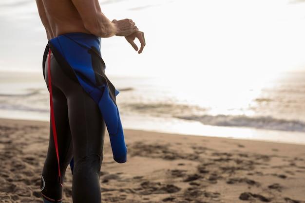 Nuotatore del primo piano in spiaggia
