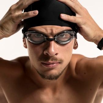 Пловец крупным планом фиксирует шапку