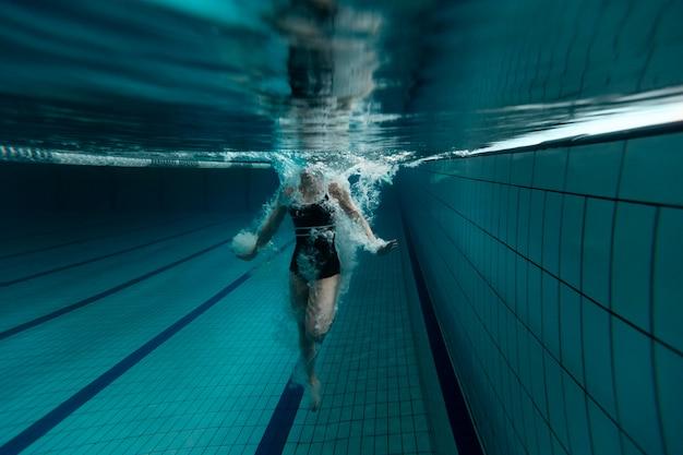 Пловец в бассейне крупным планом