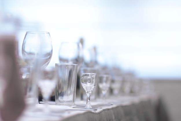 연회 전 레스토랑의 테이블을 닫습니다.