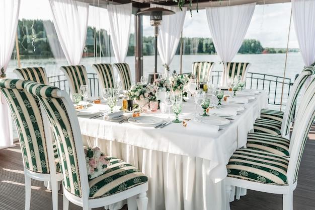 結婚式の饗宴のために提供されるクローズアップテーブル