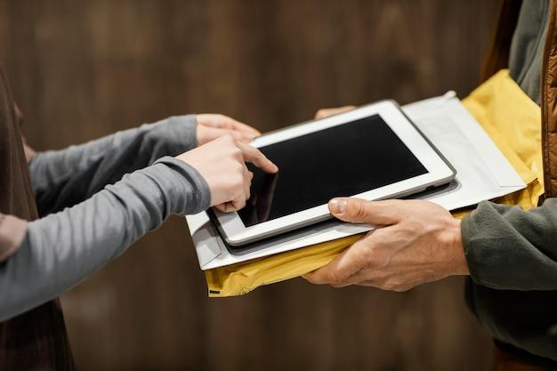 배달을 위해 전자 서명을 위해 태블릿을 닫습니다.