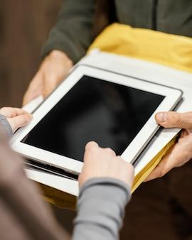 Закройте планшет для электронной подписи для доставки