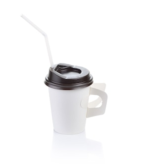 テイクアウトコーヒー、茶色のキャップ付き紙コップを閉じる
