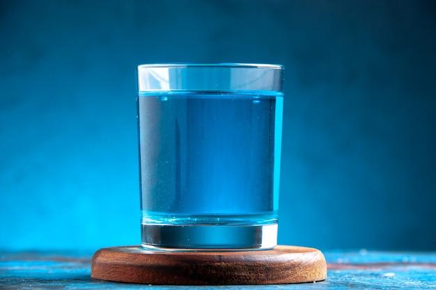 Primo piano sul bicchiere alto di delizioso cocktail