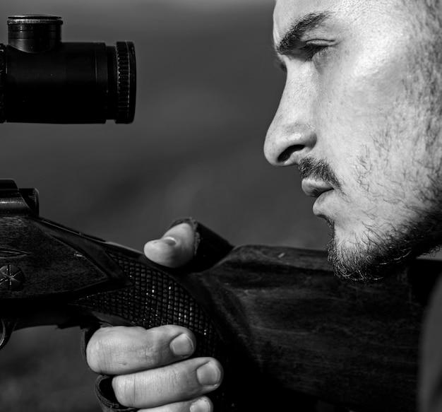 Мишень крупным планом с оптическим прицелом. карабин снайперов крупным планом на охоте на открытом воздухе