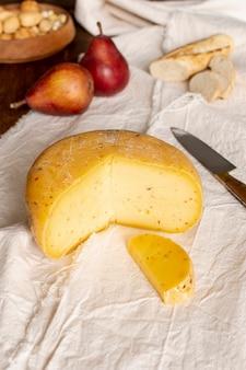 テーブルの上のクローズアップのおいしいチーズ