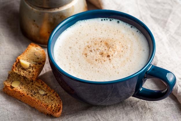 Tazza di caffè saporita del primo piano con latte