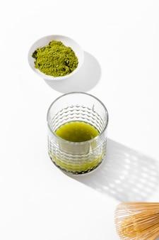 Primo piano gustoso bicchiere di tè matcha