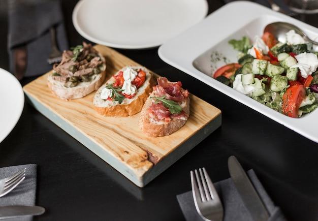 Крупным планом вкусные закуски для гурманов и салат на столе