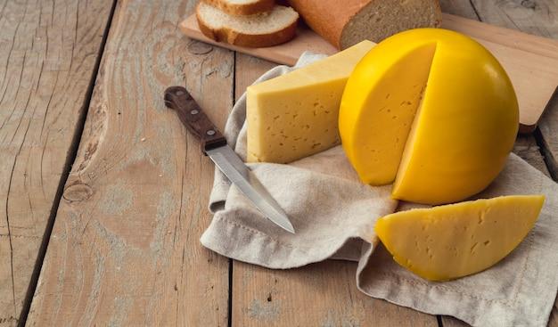 Крупным планом вкусный домашний сыр с ножом