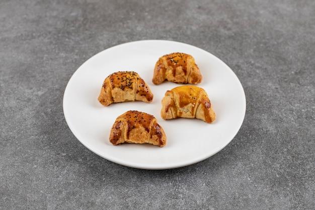 Primo piano di gustosi biscotti fatti in casa su un piatto sbiancato