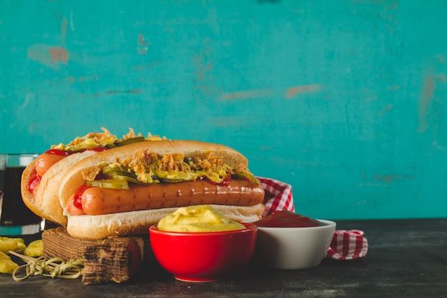Close-up di gustosi hot dog con salse