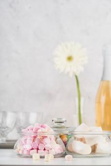 Крупным планом вкусный зефир на столе