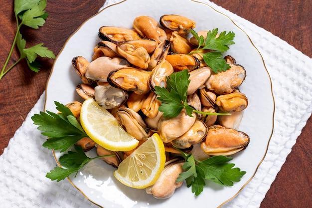 Макро вкусные мидии с петрушкой на тарелке