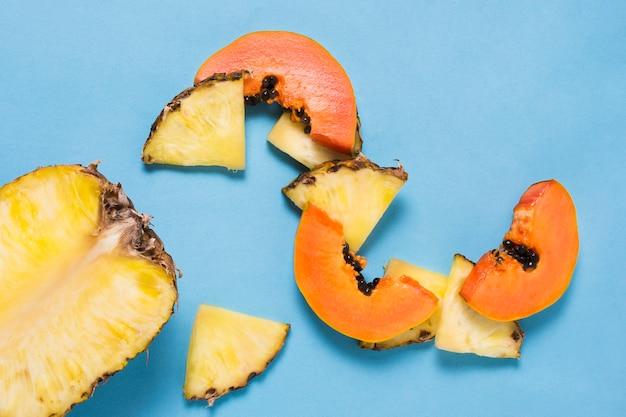 Ananas e papaia saporiti del primo piano sulla tavola