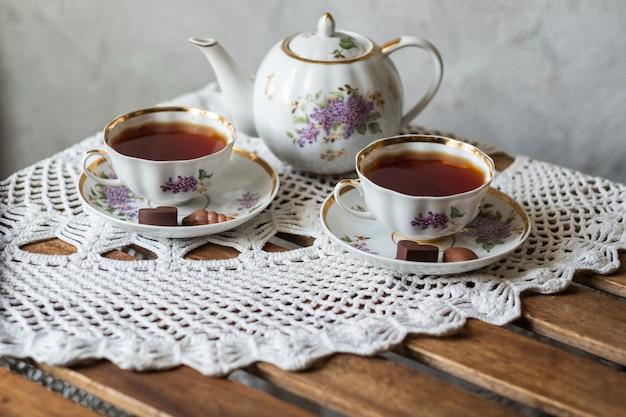 テーブルの上に置かれたお茶の陶器をクローズアップ