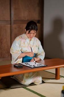 Primo piano sull'insegnante che fa calligrafia giapponese, chiamata shodo