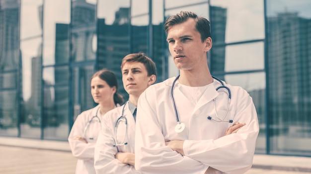 확대. 거리에 서 있는 의사들의 팀. 복사 공간이 있는 사진.