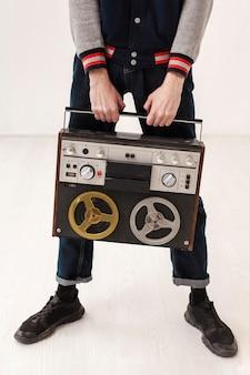 Макро подросток держит кассету