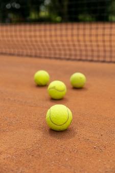 Крупный план теннисные мячи на площадке суда