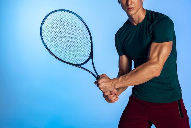 ラケットを保持しているテニスプレーヤーをクローズアップ