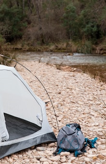 Chiudere la tenda per il campeggio in natura