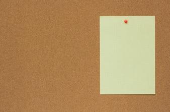 紙で茶色のコルク板のシートのクローズアップテクスチャ