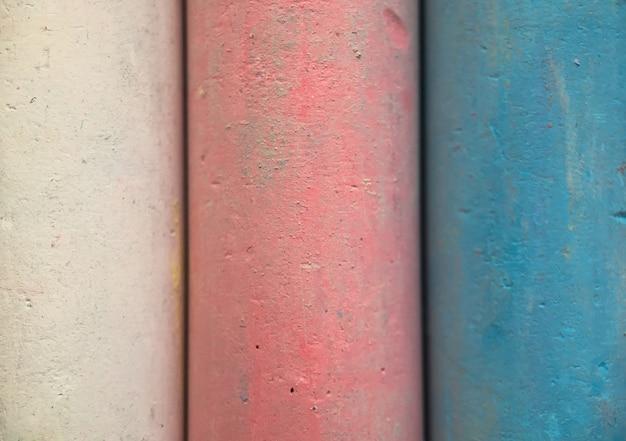 色とりどりの白、ピンク、青、黄色、緑を描くためのチョークのクローズアップテクスチャ