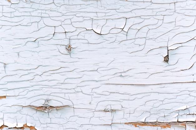 클로즈업, 나무에서 흰색 페인트를 벗겨내는 질감.