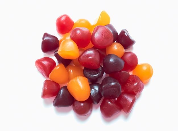 赤、オレンジ、紫のマルチビタミングミのクローズアップテクスチャ。健康的なライフスタイルのコンセプト。
