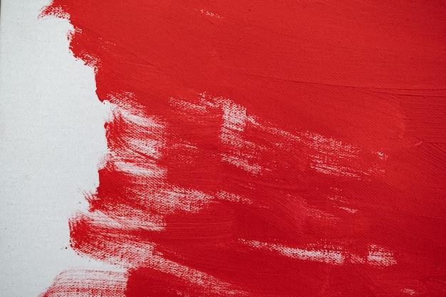 닫기 흰색 캔버스에 텍스처 빨간색 페인트를 닫습니다. 브러시는 배경에 종이 그래픽 디자인을 위한 선을 표시합니다.